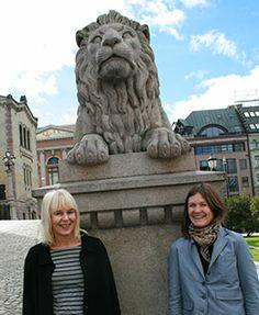 Elin R. Tømte, Inga H. Sætre og løven.