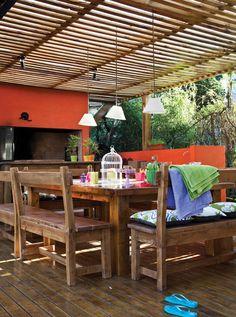 El cielorraso de este quincho tiene tablas de madera separadas para que entre la luz natural. Sobre ellas, se dispuso una chapa acanalada de policarbonato transparente. #techosverdes