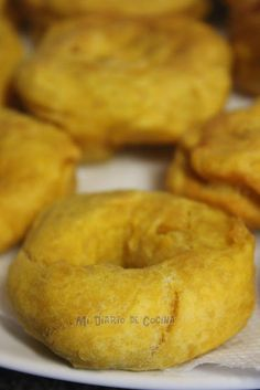 Picarones con chancaca Chilean Recipes, Empanadas, Crepes, Bagel, Sandwiches, Goodies, Food And Drink, Gluten, Lunch