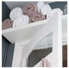 etagere au dessus porte salle de bain pour stocker les serviettes