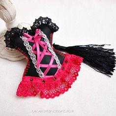 Bijou de sac/ porte clés, corset glamour, similicuir noir et dentelle rose fuchsia , fait main