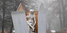 Στο πάρκο Sanssouci της πόλης  Potsdam περισσότερα από 200 μαρμάρινα αγάλματα αποκτούν ξύλινα σπιτάκια, για να μην τα βλάψει ο βαρύς χειμώνας που έρχεται!.