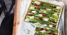 Spargeltarte mit Tomaten | Migusto Avocado Toast, Asparagus, Zucchini, Cooking Recipes, Vegetables, Breakfast, Taleggio, Food, Tomatoes