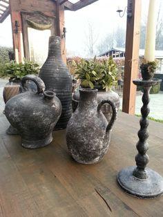 Oude potten bewerkt met muurvuller, zwarte verf en bestrooid met cement