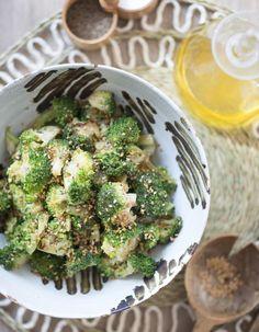 Recette Salade de brocoli au sésame : Rincez et séchez 1 belle tête de brocoli puis taillez-la en sommités.Faites chauffer un filet d'huile dans une poêl...