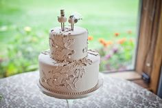 A vintage-inspired cake with the cutest topper. Cake by Bee-Bell Bakery. Photography courtesy of Katya Nova Photography.