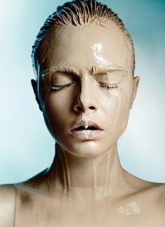 remplacer l'eau par différentes textures liquides (miel, fond de teint dilués...)