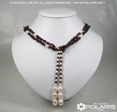 Collana di 120 centimetri con granati rossi e perle naturali.  Necklace of 120 cm with natural red garnets and pearls.