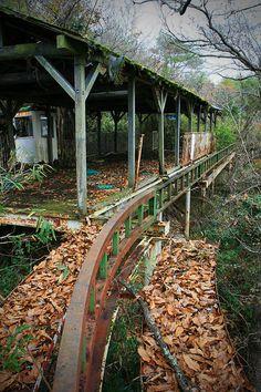 abandoned amusement park in the forest  森の中に消えた廃遊園地(3) : サイクルモノレールの駅舎。こんなのがごっそり眠ってました。鉄板の床は錆びて穴が空き、もはや崩壊を待つばかり。レールはさらに森の奥へと伸びていました。