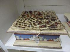 Caixa de chá toda trabalhada na tampa com sementes de aniz, canela e café, em arte moderna.