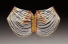 COLLIER À PLUSIEURS RANGS COLLIER À PLUSIEURS RANGS Cordelettes, os, et perles de traites multicolores. NAGA nord de l'Inde. H33x34cm                                                                                                                                                                                 Plus