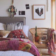 Cheio de estampas e cores, este quarto é um bom exemplo de decoração boho, meio desértica, com cadeira de trama e cactos.