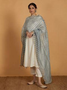 Simple Kurta Designs, Kurta Designs Women, Stylish Dress Designs, Pakistani Formal Dresses, Pakistani Outfits, Indian Wedding Outfits, Indian Outfits, Indian Clothes, Indian Dresses