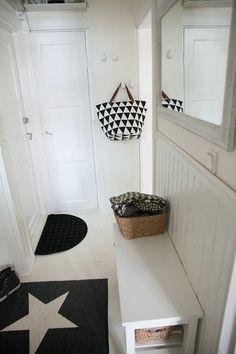 Petite entrée graphique en noir et blanc. Quelques patères, banc, tapis et miroir, tout y est ! #entrance #graphic #black+white