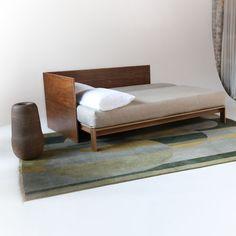 Massivholzbett design  Schwebendes Massivholzbett mit weißem ökologischem Farbwachs im ...