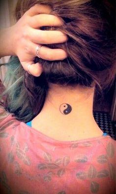 tatuajes pequeños en el cuello y nuca