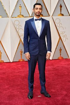 Riz-Ahmed-in-navy-blue-tuxedo-with-navy-satin-bow-tie-and-blue-black-suede-shoes-470x705.jpg (470×705)