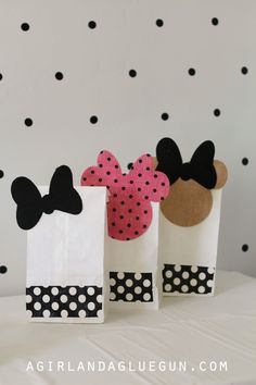 Why just give away plain bags, when you can make these Minnie Mouse party favor bags! Minnie Mouse Favors, Mickey Minnie Mouse, Mini Mouse Party Favors, Festa Baby Alive, 1st Birthday Parties, 2nd Birthday, Deco Disney, Party Favor Bags, Goody Bags