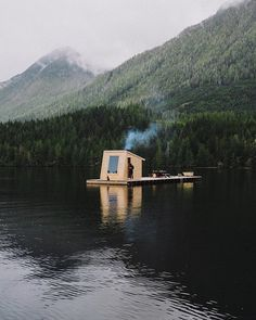𝐂𝐚𝐛𝐢𝐧 𝐏𝐨𝐫𝐧 – Just perfect. A floating sauna dock with Mount... Floating Dock, Floating House, Saunas, Cabana, Asheville Glamping, Floating Architecture, Shanty Boat, Houseboat Living, Sauna Design
