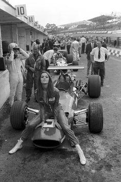 Por ese entonces, la guapa amistad de Chris Amon, recordado piloto de F1 durante las décadas de 1960 y 1970. Es considerado como uno de los mejores pilotos de entre los que nunca consiguieron ganar una carrera. Aquí en el Gran Premio Británico con su Ferrari (1968).
