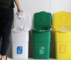 ビビットな色合いのダストボックスは風水的にも良し。ゴミは分類して捨てましょう。 個人情報が気になるものは、シュレッダーにかけて。