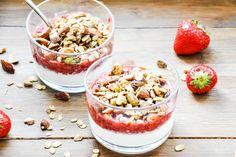 Pistazien-Mandel-Granola mit Erdbeer-Chia-Mus I Tiny Spoon
