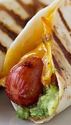 Taco Dogs … with cheese, salsa, guacamole and wrapped in flour tortilla! Sausage Recipes, Cooking Recipes, Burger Dogs, Chili Dogs, Hot Dog Recipes, Mexican Food Recipes, Ethnic Recipes, Pizza, Wrap Sandwiches