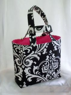 I like the lining color with the black and white tote
