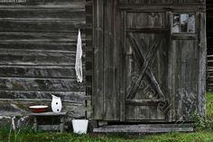 Ulkohuussi - puucee ulkohuussi käymälä vesikannu emaloitu pesuvati pyyhe pesupaikka hirsiseinä puurakennus maalaismaisema Korteniemi ulkowc...