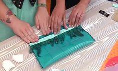 Cartera de mano con plumas (con un mantel individual, velcro, un lazo y plumas)