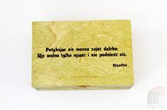 """""""Potykając się można zajść daleko; Nie wolno tylko upaść i nie podnieść się."""" - Goethe  Pudełko drewniane lakierowane kolorem """"la havane"""" i zabezpieczone dodatkowo lakierem bezbarwnym.   Może być miłym i """"motywującym"""" prezentem dla Waszych bliskich i przyjaciół.   Wykonane z drewna sosnowego o wymiarach (dł/szer/wys) 21x15x8,4 cm z ręcznie wypaloną sentencją.   Wiele innych drewnianych pudełek na: https://motto-studio.pl/pl/c/pudelka-drewniane/27"""