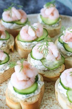 Lækre sprøde hapsere med rejer og flødeost på brød. Fantastisk ret til tapasbordet eller som forret eller velkomstsnack til gæsterne. De er også super til picnicturen. Flødeost blandet med en masse lækkert, toppet på sprøde brød med agurk og rejer. Lækkert! #Snack #Hapser #Rejer #Flødeost #Brød #Tapas #Forret Tapas Recipes, Appetizer Recipes, Tapas Ideas, Tapas Platter, Tapas Party, Good Food, Yummy Food, Danish Food, Appetisers