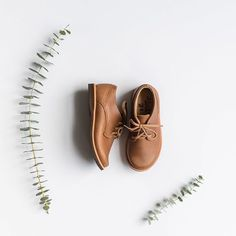 Adelisa & Co leather Oxford shoes for babies & toddlers. We love gender neutral options, and these minimalist oxford style shoes are no exception✨ paired with everything from jeans to knee high socks, they can be worn every day, in every situation making them the perfect versatile shoe for those capsule wardrobes you mamas are creating this fall. Adelisa & Co. is committed to paying fair wages to our artisans. 10% of proceeds are also donated to families in need in Nicaragua.
