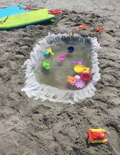 Mit einem alten Duschvorhang kannst du für die Kinder einen kleinen Pool am Strand bauen. | 18 clevere Lifehacks, die allen Eltern das Leben einfacher machen werden