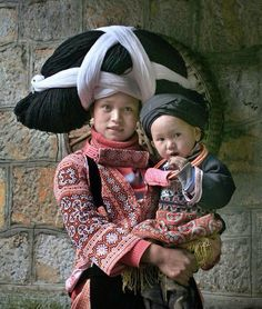 mother and child in folk costumes. Cultures Du Monde, World Cultures, We Are The World, People Around The World, Folklore, Trucage Photo, Beautiful World, Beautiful People, Costume Ethnique