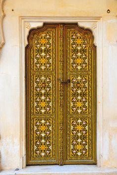 Bela porta pintada no Palácio do marajá de Bikaner, dentro da fortaleza Forte Junagarh, no estado do Rajastão, Índia.  Fotografia: Joep no Flickr.