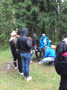 Lanupuistossa eväsretkirastilla ryhmä jaettiin taas kahteen ryhmään, jossa toinen ryhmä paistoi lettuja trangialla. (Janette)