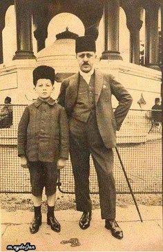 alman çeşmesi önünde baba ve oğul 1900 lü yıllar