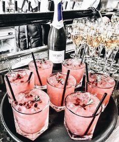 5 verrassende dingen voor elke Rosé lover - Was Sie Für Die Party Wissen Müssen Fancy Drinks, Cocktail Drinks, Yummy Drinks, Cocktail Recipes, Alcoholic Drinks, Yummy Food, Beverages, Pink Cocktails, Pink Drinks