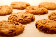 Når du på et tidspunkt bliver træt af julekager og konfekt, burde du  kraftigt overveje, at kaste dig over de her cookies.   Du får her min absolut bedste opskrift på dejligt chewy chocolate chip  cookies. I min verden er der ingen tvivl om, at cookien skal være sej og  blød i midten og have et strejf af crunch i kanten. Her er olien et  mirakelmiddel - tro det eller lad være. Du kan jo selv prøve det af!  Ca. 20 stk      * 275g brun farin     * 2 tsk vaniljesukker     * 2 æg     * 250g…