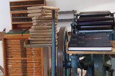 Doce paquetes... Aprovechamos la foto para mostraros el taller de imprenta montado en la biblio ;-)  #MuseumWeek pic.twitter.com/Azvqc3sdih