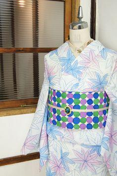 さっぱりとした白の地に、ふわりと優しいベビーブルーとピンクで織り模様風に染めだされた大きな楓模様がモダンキュートな夏絣風の化繊夏着物です。