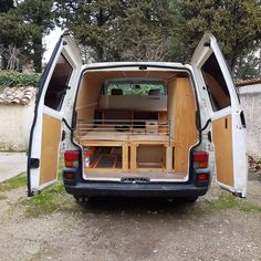 Instagram: @radiusandulna - Blog: www.radius-ulna.com - Original interior design and layout made with cork and elastic rope for a DIY camper van conversion