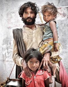 Rajasthan Family……INDIA……..NOTE: LITTLE GIRL HAS LIGHT-COLORED HAIR……..ccp