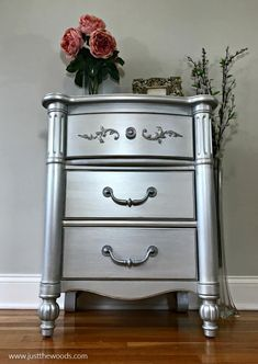 Silver metallic paint and glam seem to go hand in hand. Give your painted furniture a metallic painted makeover by adding metallic silver furniture paint. See a table transformed using metallic paint for furniture. Silver Painted Furniture, Chalk Paint Furniture, Metal Furniture, Repurposed Furniture, Furniture Projects, Rustic Furniture, Furniture Making, Furniture Makeover, Cool Furniture