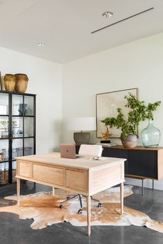 Home Decor Advice Office design with beautiful decor by Studio McGee.Home Decor Advice Office design with beautiful decor by Studio McGee Studio Mcgee, Home Office Space, Home Office Decor, Small Office, Office Ideas, Modern Office Decor, Office Lamp, Modern Offices, Office Decorations