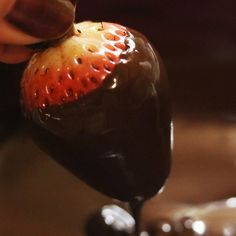 Missouri wine infused chocolate covered strawberries | Decadent and delicious treat for Valentine's Day Strawberry Dip, Strawberry Recipes, White Chocolate Chips, Melting Chocolate, Yummy Treats, Delicious Desserts, Dry Red Wine, Chocolate Dipped Strawberries, Sweet Wine