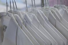 Wussten Sie, dass während einer Wintersaison insgesamt 100 000 Kilo Wäsche (ohne Gästewäsche) von der Zentralwäscherei gewaschen werden? Und dass bei der Gästewäsche 12 von 13 Teilen Hemden sind – in anderen Worten: 2 559 Hemden pro Wintersaison! Backstage, Palace, Curtains, Home Decor, Swiss Alps, Button Up Shirts, Blinds, Decoration Home, Room Decor