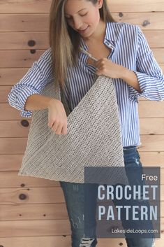 Perfect as a tote for the market, bag for the beach, or simply as an everyday carry-all this multi-purpose purse is sure to be your go to accessory this Spring and Summer. With a beginner friendly… Modern Crochet, Love Crochet, Crochet Baby, Knit Crochet, Crochet Handbags, Crochet Purses, Crochet Crafts, Crochet Projects, Crochet Market Bag