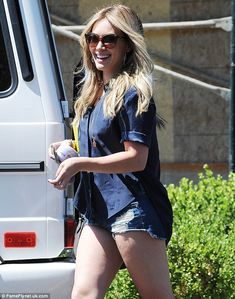 Hilary Duff shows toned pins in tiny distressed denim shorts Hilary Duff Bikini, Hilary Duff Legs, Hilary Duff Show, Hilary Duff Style, Curvy Women Fashion, Urban Fashion, Curvy Bikini, Haut Bikini, Distressed Denim Shorts